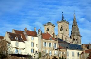 Une vue de la cité médiévale de Semur en Auxois