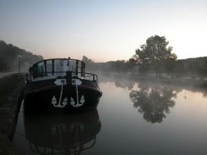 Une péniche sur le canal de Bourgogne